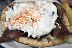 Chiche-kebab avec de la sauce à yaourt Photographie stock
