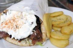 Chiche-kebab avec de la sauce à yaourt Photos stock