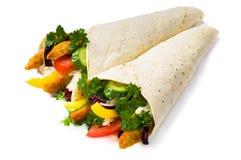 Chiche-kebab avec les légumes et le poulet d'isolement photographie stock