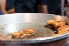 Chiche-kebab célèbre du galouti de Lucknow étant fait frire sur une casserole photo stock