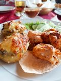 Chiche-kebab délicieux de poulet dans le restaurant photos stock