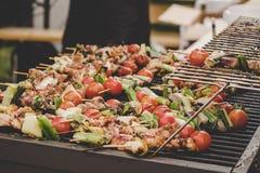 Chiche-kebab délicieux grillé avec de la viande et des légumes au marché de nourriture de rue image stock