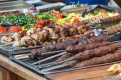 Chiche-kebab délicieux sur une brochette sur le compteur Photos stock