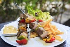 Chiche-kebab d'agneau sur des brochettes avec des légumes photos stock