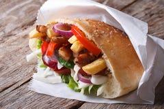 Chiche-kebab de Doner avec de la viande, les pommes de terre frites et les légumes Photographie stock libre de droits