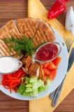 Chiche-kebab de Doner d'un plat avec les légumes et la salade Photographie stock libre de droits