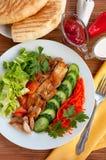 Chiche-kebab de Doner d'un plat avec les légumes et la salade Image libre de droits