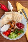 Chiche-kebab de Doner d'un plat avec les légumes et la salade Photos stock