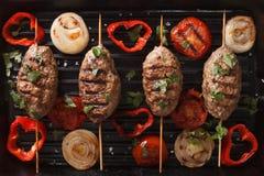 Chiche-kebab de Kofta avec les légumes grillés sur le plan rapproché de gril horizonta Photographie stock libre de droits
