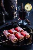 Chiche-kebab de lard avec du vin chaud image libre de droits