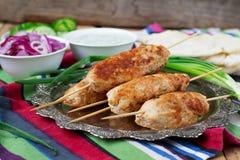 Chiche-kebab de poulet avec les légumes, la sauce et le pain pita Image libre de droits