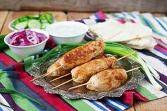 Chiche-kebab de poulet avec les légumes, la sauce et le pain pita Photographie stock libre de droits