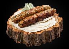 Chiche-kebab de poulet sur une tranche en bois photographie stock