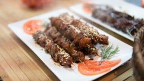 Chiche-kebab du plat blanc avec des légumes Viande chaude sur des brochettes Cuisson de la viande sur les charbons Orientation pe Image stock