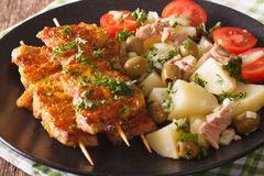 Chiche-kebab espagnol Pinchos Morunos et pomme de terre avec des clo de thon et d'herbes Photo stock