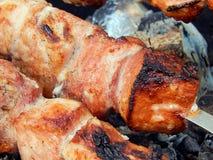Chiche-kebab frit sur des charbons en gros plan Image libre de droits