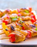 Chiche-kebab fumeux de poissons dans l'image haute étroite de brochettes Photographie stock libre de droits