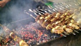 Chiche-kebab grillé faisant cuire sur la fin de brochette en métal  Viande rôtie cuite au barbecue Gril sur le charbon de bois et banque de vidéos