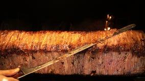 Chiche-kebab oriental traditionnel anatolien turc de Doner de boeuf ou d'agneau de nourriture banque de vidéos