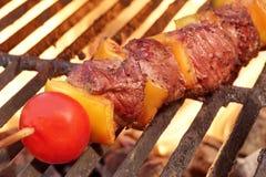 Chiche-kebab ou chiche-kebab de boeuf de viande de BBQ de week-end sur le gril flamboyant Image libre de droits