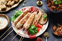 Chiche-kebab ou chiche-kebab de poulet avec les légumes et la sauce rôtis photographie stock libre de droits