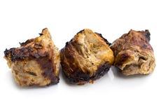 Chiche-kebab ou shashlik grillé sur le plan rapproché de brochettes sur le dos de blanc Photographie stock