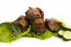 Chiche-kebab ou shashlik grillé sur le plan rapproché de brochettes sur le dos de blanc Images stock