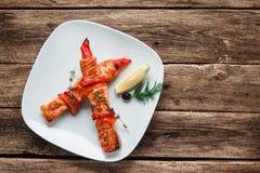 Chiche-kebab saumoné délicieux servi sur l'espace libre en bois Photo stock