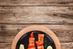 Chiche-kebab saumoné grillé sur l'espace libre en bois de table Image libre de droits