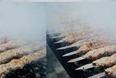 Chiche-kebab sur un bâton en métal, vue supérieure Chiche-kebab de Lula sur des brochettes photo stock