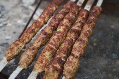 Chiche-kebab sur un bâton en métal, vue supérieure Chiche-kebab de Lula sur des brochettes image stock