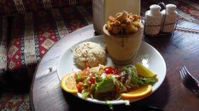 Chiche-kebab traditionnel de Testi de turc avec le poulet au restaurant photos stock