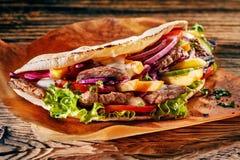 Chiche-kebab turc savoureux de doner sur la tortilla grillée photographie stock