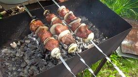 Chiche-kebab, viande sur les charbons banque de vidéos