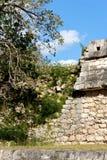 chichen den smula mayan ståendeväggen för itzaen royaltyfri fotografi
