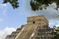 chichen detaljitzapyramiden Arkivfoton