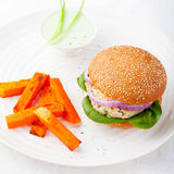 Chichen hamburgare med sötpotatisen, batat på plattan arkivfoto