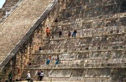 Chichen Itza金字塔的维护工作者 免版税库存图片