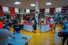 CHICHEN ITZA, ΜΕΞΙΚΌ - 12 ΝΟΕΜΒΡΊΟΥ 2017: Εσωτερική άποψη των μη αναγνωρισμένων ανθρώπων που αγοράζουν μέσα ενός καταστήματος ανα Στοκ Εικόνα