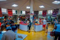 CHICHEN ITZA, ΜΕΞΙΚΌ - 12 ΝΟΕΜΒΡΊΟΥ 2017: Εσωτερική άποψη των μη αναγνωρισμένων ανθρώπων που αγοράζουν μέσα ενός καταστήματος ανα Στοκ Φωτογραφίες