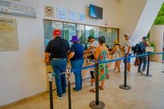 CHICHEN ITZA, ΜΕΞΙΚΌ - 12 ΝΟΕΜΒΡΊΟΥ 2017: Οι μη αναγνωρισμένοι τουρίστες περιμένουν σε μια σειρά αναμονής αγοράζουν τα εισιτήρια  Στοκ εικόνα με δικαίωμα ελεύθερης χρήσης