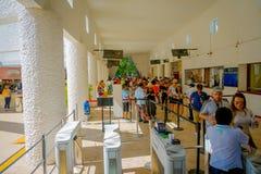 CHICHEN ITZA, ΜΕΞΙΚΌ - 12 ΝΟΕΜΒΡΊΟΥ 2017: Οι μη αναγνωρισμένοι τουρίστες περιμένουν σε μια σειρά αναμονής αγοράζουν τα εισιτήρια  Στοκ φωτογραφία με δικαίωμα ελεύθερης χρήσης