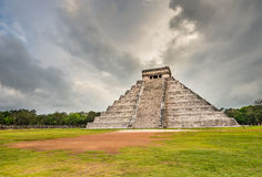 Chichen Itza в Мексике с драматическим небом Стоковые Изображения RF