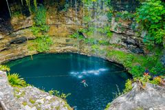 CHICHEN ITZA, МЕКСИКА - 12-ОЕ НОЯБРЯ 2017: Взгляд сверху Ik-Kil Cenote, около Chichen Itza, Мексика Симпатичное cenote с Стоковое Изображение
