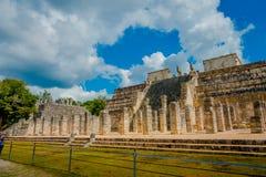 CHICHEN ITZA, МЕКСИКА - 12-ОЕ НОЯБРЯ 2017: Внешний взгляд виска ратников на Chichen Itza, Юкатане, Мексике Стоковые Фотографии RF
