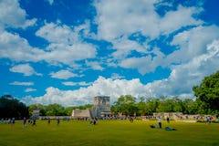 CHICHEN ITZA, МЕКСИКА - 12-ОЕ НОЯБРЯ 2017: 100 из туристов наслаждаясь взглядом в виске ратников в Chichen Стоковое Фото