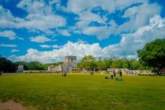 CHICHEN ITZA, МЕКСИКА - 12-ОЕ НОЯБРЯ 2017: 100 из туристов наслаждаясь взглядом в виске ратников в Chichen Стоковое фото RF