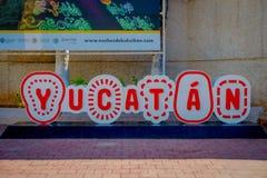 CHICHEN ITZA, МЕКСИКА - 12-ОЕ НОЯБРЯ 2017: Информативный знак yucatan написанный на outdoors здания на входе  Стоковое Фото