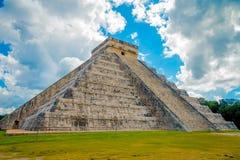 CHICHEN ITZA, МЕКСИКА - 12-ОЕ НОЯБРЯ 2017: Красивый пасмурный взгляд Chichen Itza, одной из посещать археологической Стоковые Изображения RF