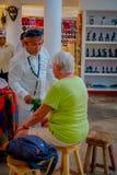 CHICHEN ITZA, МЕКСИКА - 12-ОЕ НОЯБРЯ 2017: Крытый взгляд chaman используя заводы для того чтобы вылечить больных внутри магазина  Стоковые Изображения